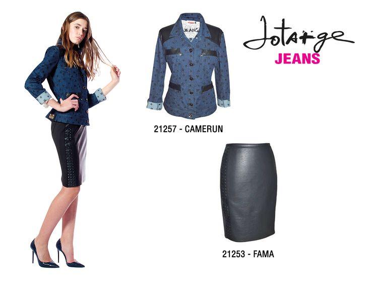 Falda azul de jean desnuda