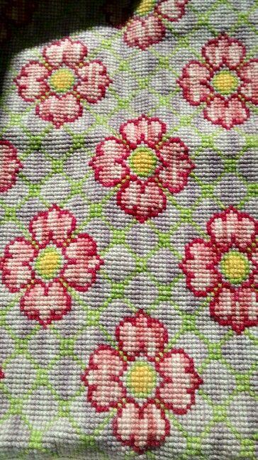 Esterilla y lana fina bordada a punto cruz.