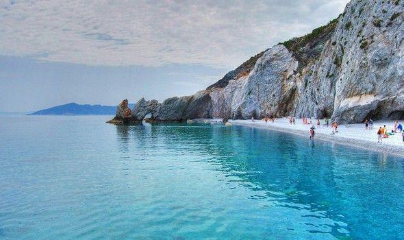 Πόσο γαλάζιο χωράει σε φωτογραφίες, πόση ομορφιά σε ένα άρθρο, πόση δροσιά, πόση Ελλάδα; Μοναδικές εικόνες βγαλμένες από όνειρο. Βρείτε