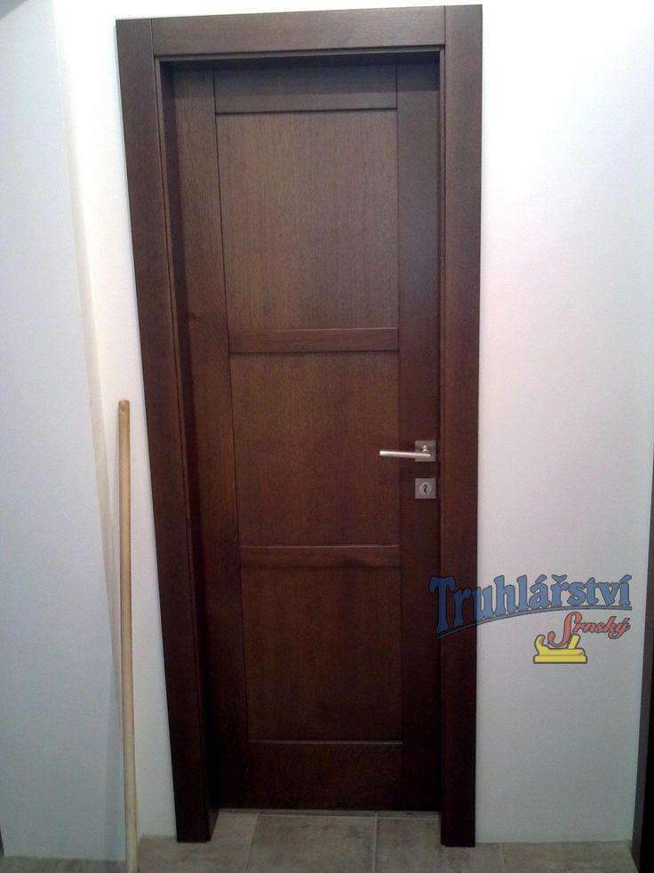 Dveře jednokřídlé, dubové, mořené, nástřik transparetní lak.
