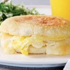 호떡처럼 동글납작하게 구운 잉글리시 머핀은 딱딱하지만 따뜻하게 구우면 금세 부드러워진다. 그래서 핫샌드위치를 만들거나 소스를 뿌려도 탄탄하면서 보들보들하다. 간단한 모닝 샌드위치를 비롯해 치즈를 잔뜩 넣은 그릴드 치즈, 수란과 홀렌다이즈 소스를 뿌린 에그베네딕트, 달걀물에 적셔 구운 프렌치 토스트 버전으로 활용할 수 있다.