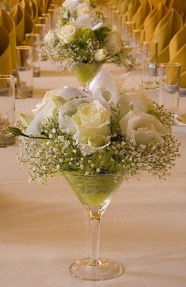 Lindo o arranjo com rosas e mosquitinhos