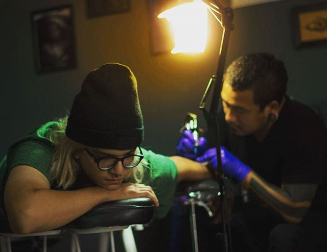 The light of pain💉 . . . #tattoo #trujillo #lima #gameof10k #portrait #perú #vscocam #green #art #street #style #skate #temalibrecondevon #photography #tatuajes #ink #cajamarca #instatattoo #colors #light #urban #lifestyle #1k #instagramer #skin #mancora