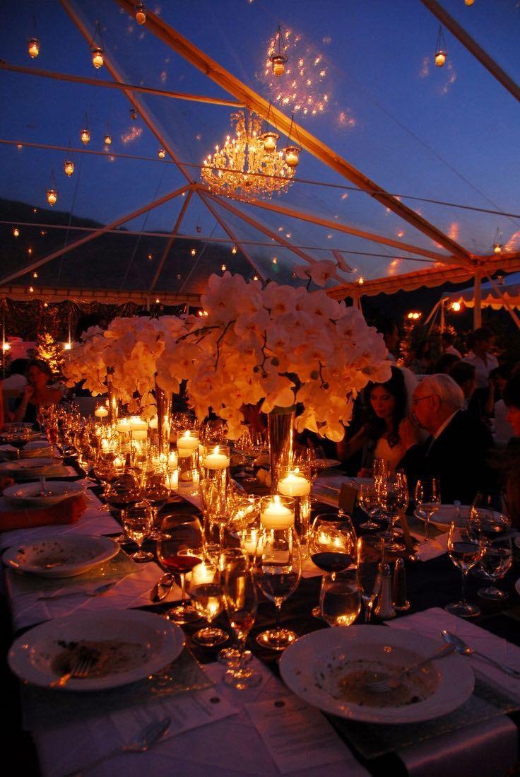 Una boda con carpa transparente que parece no existir. Las lámparas finalizan un cielo casi mágico y sumamente elegante.