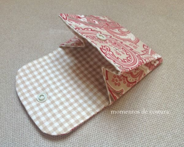 Momentos de Costura: Pequeño monedero (Tutorial) - There is a brilliant tutorial for this, and I've only looked quickly but the blog looks fantastic!
