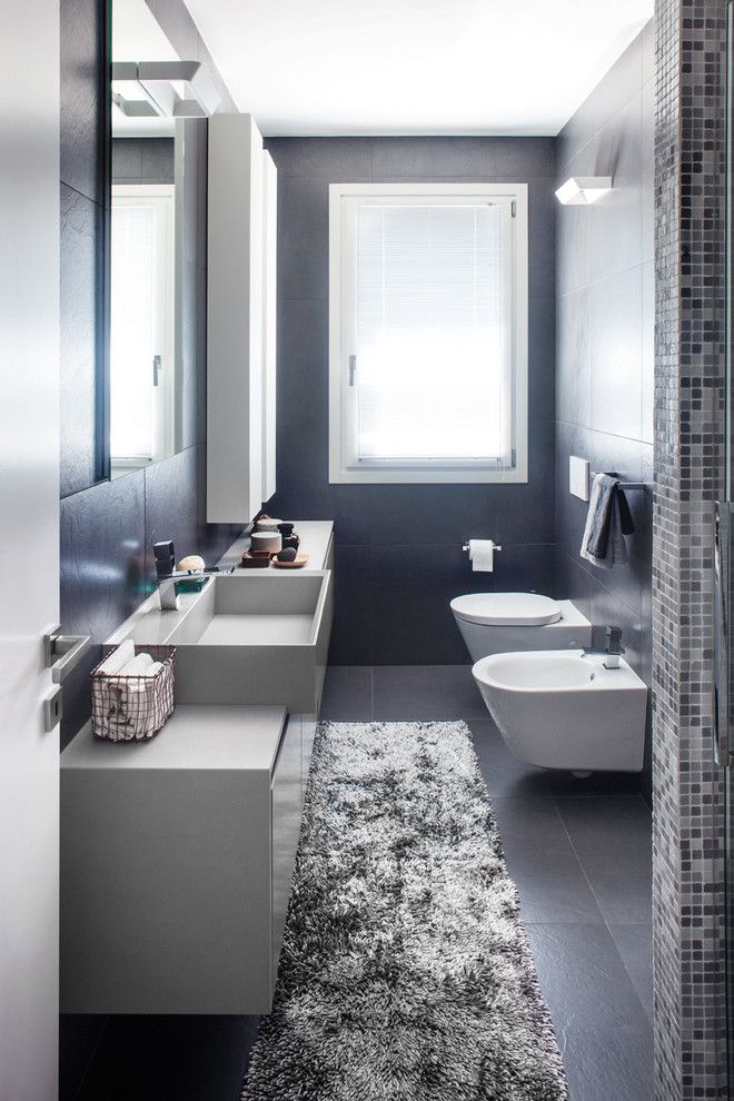 bagno stretto e lungo contemporaneo stanza da bagno with tappeto bianco e nero