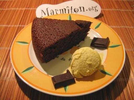 Gâteau au yaourt et au chocolat. Croustillant sur le dessus et moelleux à l'intérieur, hmmm...