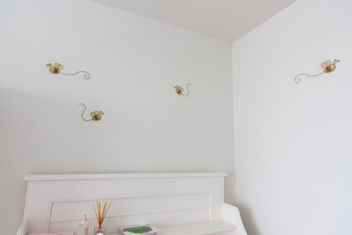 Airbrush muurschildering van de Pooh babies in de babykamer. Met bijtjes...