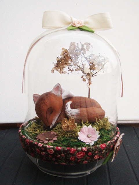 """Petite cloche en verre """"Oscar le renard"""" - Pâte fimo peinte à l'acrylique, fleurs séchées et de papier, mousse..."""