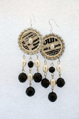 Orecchini eseguiti a mano e realizzati con tappi a corona di bottiglia lavorati e decorati con tessuto a stampe retrò. Tessuto 100% cotone. Ogni tappo è decorato al centro con un cabochon di perle sintetiche. Pendenti in perle sintetiche e cristallo. Lunghezza 9 cm. Monachelle in argento 925. http://www.flickr.com/photos/gioiedilillo/   http://www.misshobby.com/lill