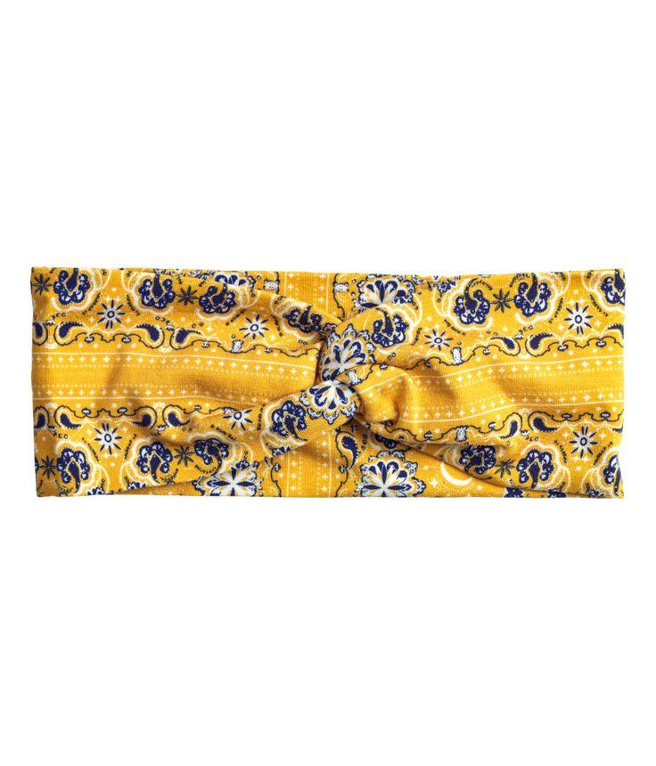 Kolla in det här! Ett brett hårband i mönstrad trikå med vriden detalj. - Besök hm.com för ännu fler favoriter.
