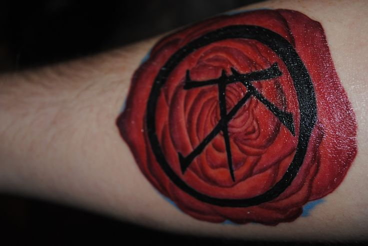 Awesome tattoo of Ka with the Dark Tower rose. From Stephen Kings Dark Tower series.