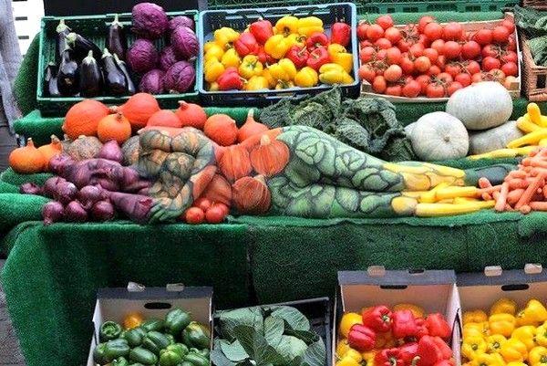 Pittura sul corpo con la verdura... la vedi? - Body art with vegetables... you see her?