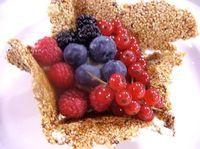 Ingredienti: Per 6 persone:600 g di frutta rossa mista: lamponi, fragole, more, ribes, mirtilliper il cestino croccante450 g di zucchero100 g di acquaqualche goccia di limone200 g di mandorle a lamelleper la crema alla vaniglia500 ml di latte1 baccello di vaniglia130 g zucchero di canna3 cucchiai di maizena1 noce di burro1. Fate sciogliere lo zucchero…