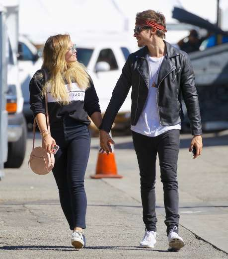 Celebrity PDA of 2017 - December 11, 2017:  Hilary Duff held hands with on-again boyfriend Matthew Koma at the Studio City Farmers Market in Studio City, California, on Oct. 15.