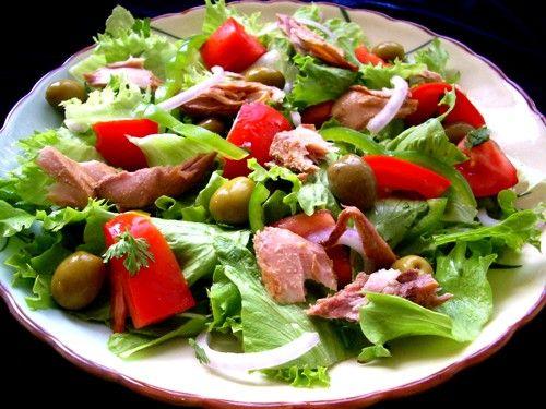 Салат с тунцом и перепилинными яйцами