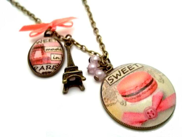 Collier vintage rétro. Paris, Tour Eiffel et macaron rose.