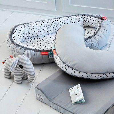 Ce couffin en tissu Happy Dots par Done by Deer est idéal pour les premières nuits de bébé. Un nid douillet où bébé se sentira en sécurité.