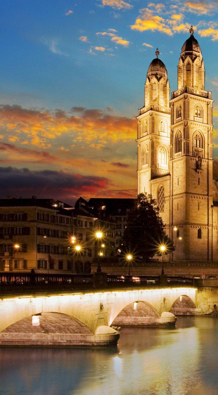 Das vermutlich im 8. Jahrhundert erbaute Grossmünster ist eine der bekanntesten Kirchen Zürichs (Schweiz) und seine charakteristischen Doppeltürme sind ein Wahrzeichen der Stadt. #verschweizert