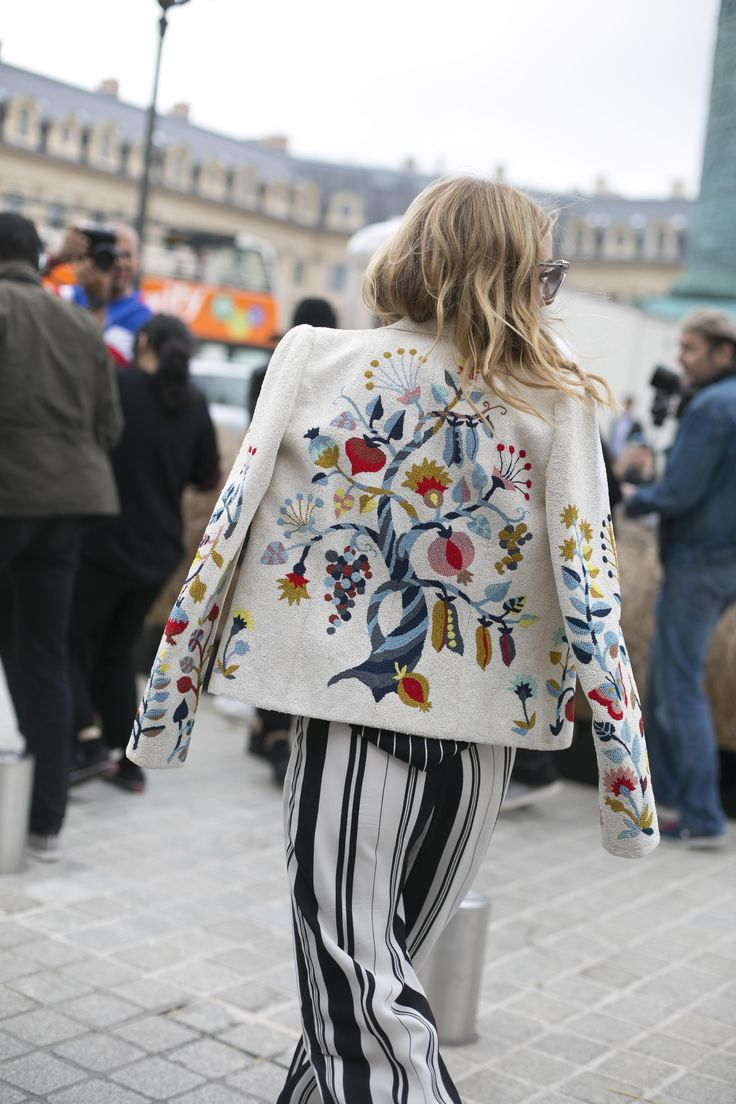 Street style: as jaquetas nada discretas do dia 2 da semana couture - Vogue | Streetstyle