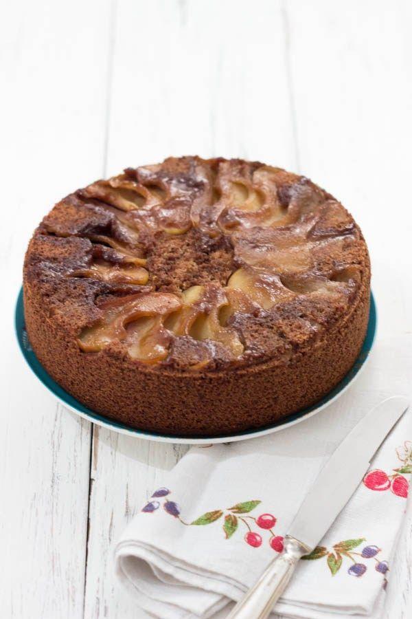 Questa torta di mele rovesciata è senza glutine e vegan. Potete sostituire le mele con la frutta di stagione che preferite, come pere, prugne o albicocche.