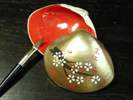 This is a traditional lipstick in Kyoto, Japan. (But it is not a stick) Lipstick is contained in the shell which draws illustrations. Maiko and geiko use this lipstick.