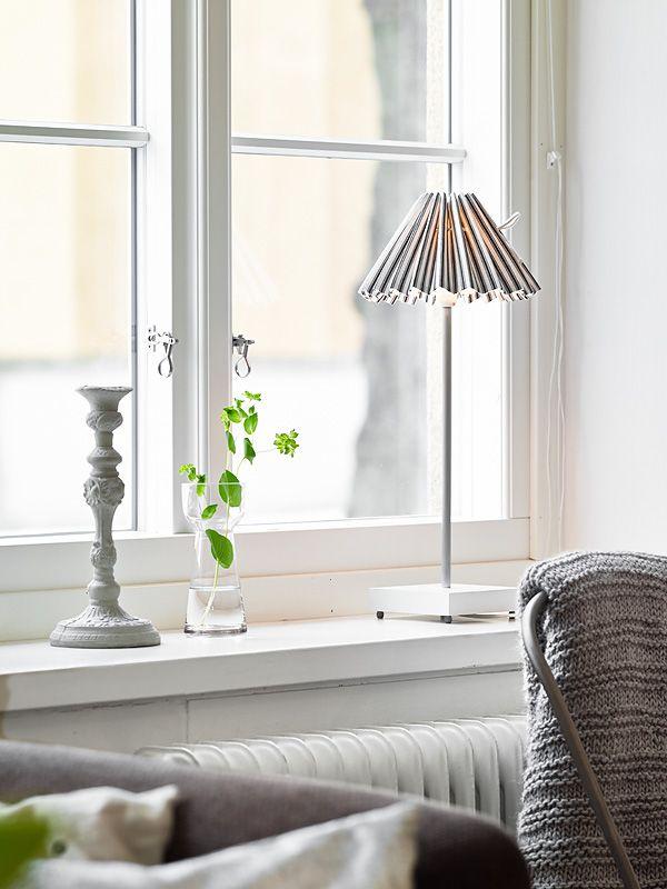 Boho deco chic un mini piso blanco y negro salones for Interior window sill designs
