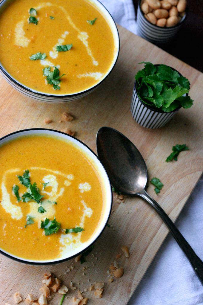 Vegan, im Handumdrehen fertig und vollgepackt mit exotischen Aromen, die Karotten-Erdnuss-Suppe mit Kokosmilch müsst ihr probieren.