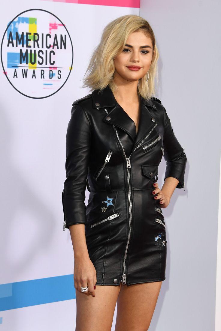 Ieri sera si sono tenuti a Los Angeles gli American Music Awards 2017 e Selena Gomez ha sfoggiato un look inedito sul red carpet.