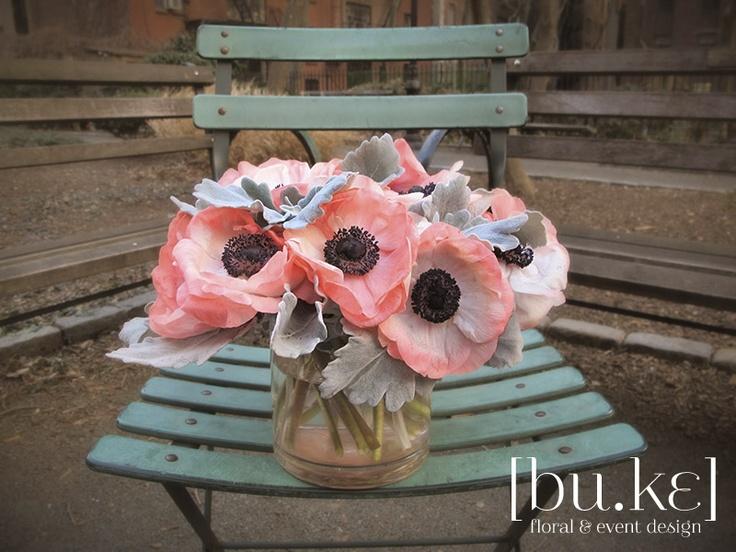 Hermoso centro de mesa con anemonas. Centerpiece with beautiful anemone.
