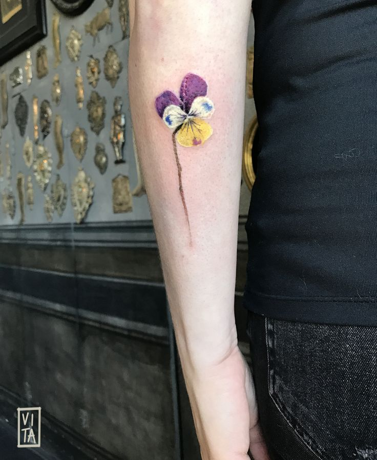 Viola del pensiero ➜booking: gil@purotattoostudio.it #unfiorepersempre #oneflowerforever #gilbertavita #tattoo #tatuaggio #purotattoostudio #flowertattoo