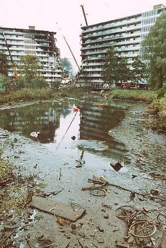 06-10-1992, Amsterdam- Luchtvaartongeval, Specialisten pompen vijver leeg op zoek naar de ' Black Box ' in de Bijlmer. ANP - Paul Vreeker