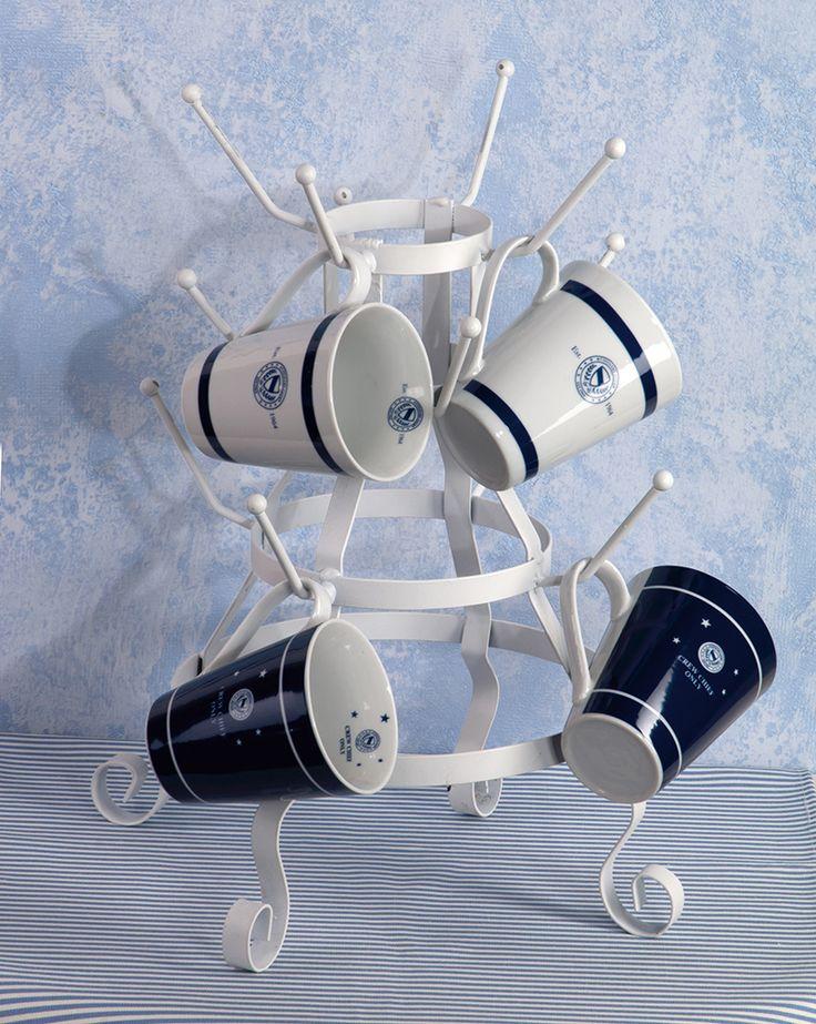 Tassen im nautischen Stil, kombiniert mit einer weißen Etagere, gefunden auf www.country-garden.de