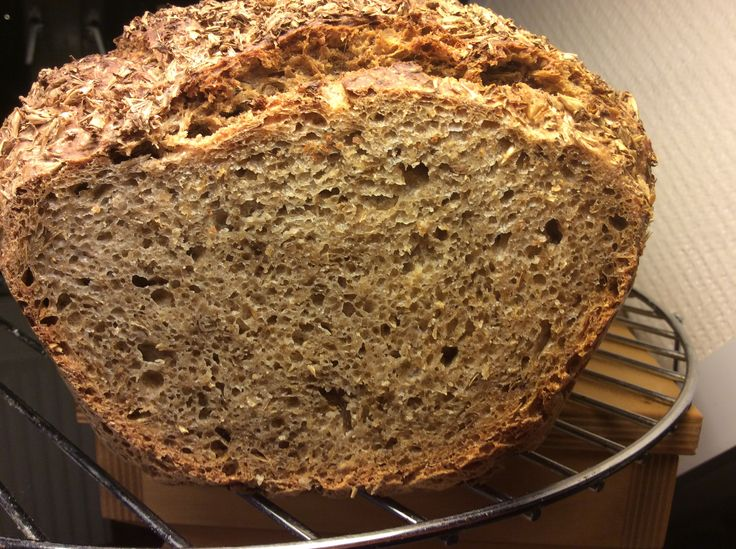 Het luchtige binnenwerk van het bierbostelbrood. Ik gebruikte een derde van het gewicht aan bostel en als vloeistof gebruikte ik pils./ spent grain bread crumb. I used one third of the flour amount for spent grain and Pilsener beer for fluid.