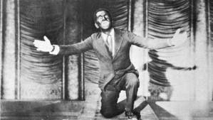 """The Jazz Singer - 6 de outubro de 1927 com a exibição de """"O cantor de jazz"""" (The Jazz Singer), de Alan Crosland, em Nova York. O filme foi o primeiro a ter passagens faladas e cantadas e a usar um sistema sonoro eficaz, conhecido como Vitaphone, lançado um ano antes, em 1926, pela Warner Bros."""
