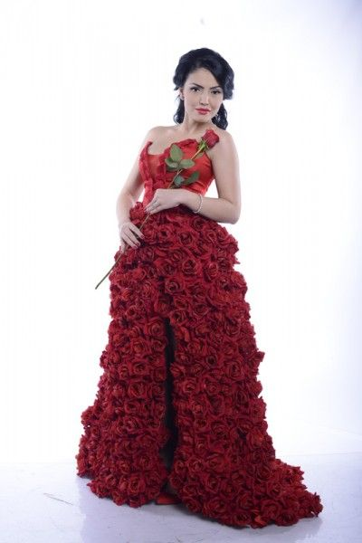 """Burlacita"" Andreea Mantea si-a cusut singura rochia pentru marele show! Trena are 624 de trandafiri! on http://www.fashionlife.ro"