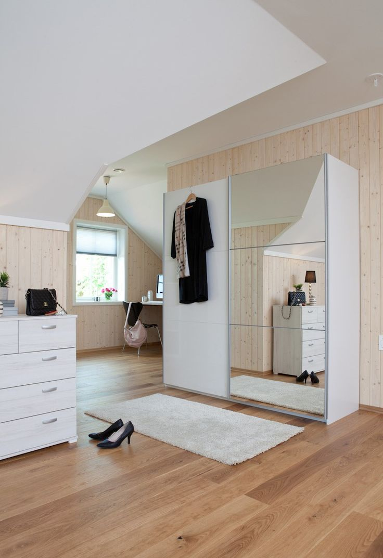 Tijdloze #garderobekast met handige spiegeldeur voor in ieder interieur.