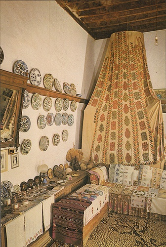 Greek house interior, Island of Lindos, 17thC - Photo by Hannibal. 17th C house decorated in traditional style