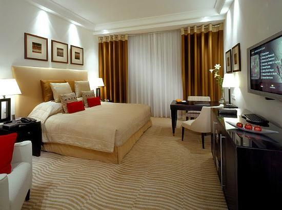 Caratterizzato da due scintillanti torri che si innalzano nel cielo di Dubai, Il Grosvenor House è uno splendido hotel situato nel cuore di Dubai Marina.<br/>Elegantemente arredato, questo resort unisce il lusso degli arredi arabi con elementi moderni e tecnologici. Inoltre, il servizio maggiordomo 24 ore su 24 rende il soggiorno al Grosvenor House ancora più esclusivo. <br/> <br/>Il resort dispone di camere di design e arredate con toni neutri.Inoltre sono dotate di:<br/>- servizio ...