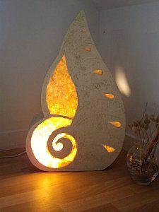 Une lampe coquillage !  C'est une boîte lumineuse en carton.  Création originale.     Elle est décorée avec du papier    népalais saumon et de la peinture.