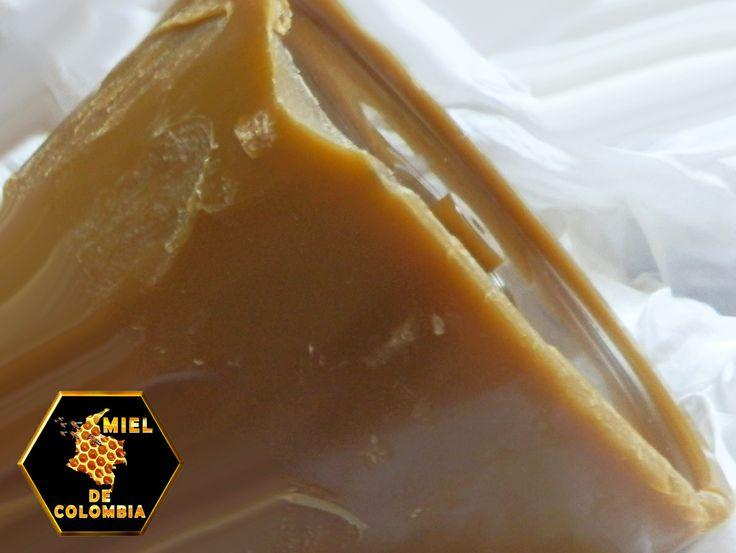 La cera de abejas también se puede mezclar con otros productos tales como la miel y el aceite de oliva, para hacer bálsamos caseros que pueden servir como tratamientos naturales contra el eczema y la psoriasis.