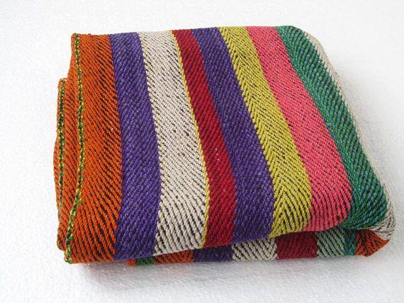 Alfombra peruana, alfombra colorida, alfombra de piso, alfombras, alfombra a rayas peruana, alfombra antigua. Esta alfombra es una demostración del arte peruano que es es el legado de nuestros antepasados. Estas alfombras han sido tejidas a mano en telar rústico, con lanas de vibrantes