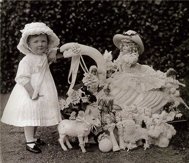 Princess Juliana from Holland with her dolls, 1911