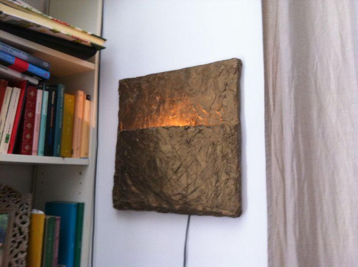 Tela lavorata con gesso dipinto con acrilici di colore bronzo al cui interno ho installato una lampadina a basso voltaggio