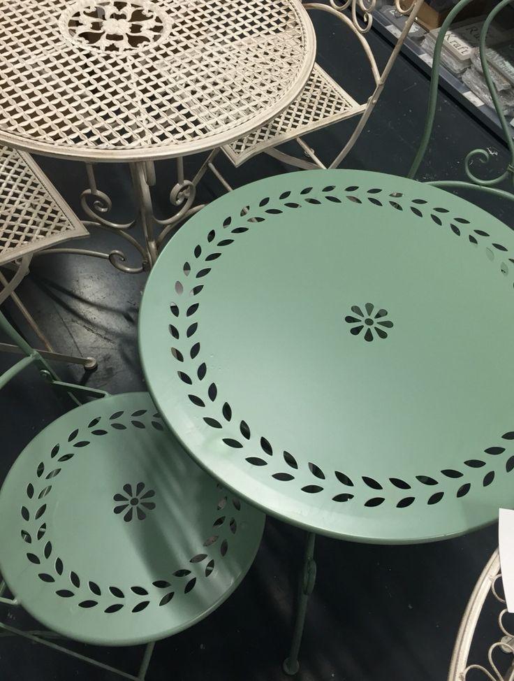 Tuin #metalen #bistrosetje olijf groen Tuintafeltje rond Bistrostoeltjes inklapbaar in crème wit, grijs zwart en metaalkleur. Franse ijzeren Beige Bistrotafeltjes ook in ovaal en vierkant.