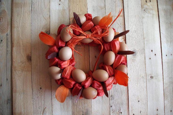 Oranžový velikonoční věnec II. - Tento velikonoční věnec je ozdobili mochyněmi, vajíčky a peřím. Na závěr jsme tavnou pistolí přilepili mašli z oranžového lýka.  ( DIY, Hobby, Crafts, Homemade, Handmade, Creative, Ideas, Handy hands)