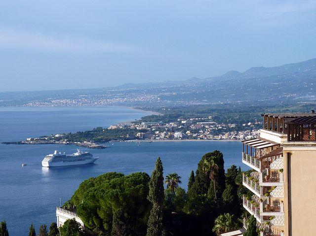 La baia di Giardini Naxos con sullo sfondo Riposto e Giarre by Luigi Strano.