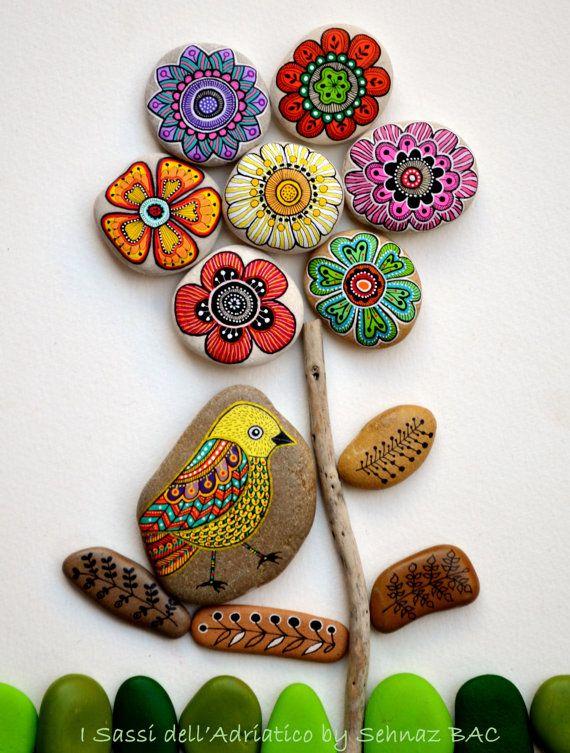 Playa de piedras con diseños pintados a mano en acrílicos-© f. Mclean BAC 2015 todos los derechos reservados  Estas piedras son únicas por su