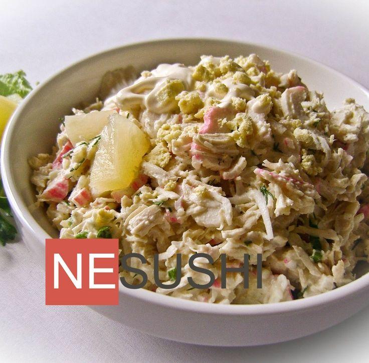 Салат из курицы с крабовыми палочками и ананасами ========================== Смело намешано и невероятно вкусно :-)
