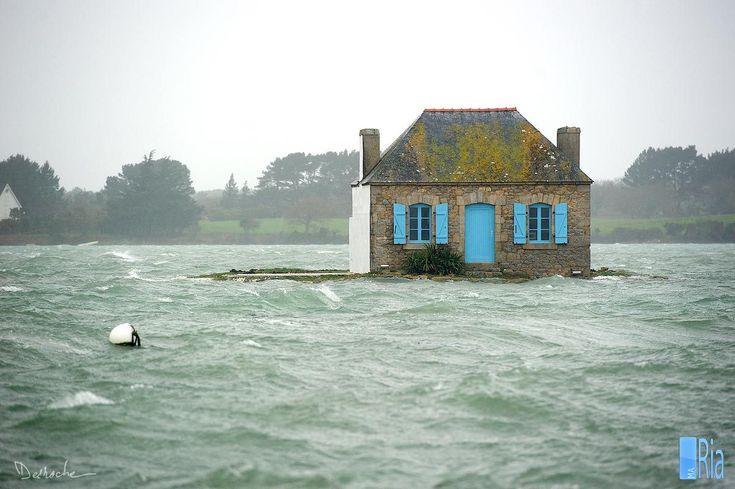 L'îlot de Nichtarguér est situé près de la rive orientale de la rivière d'Étel. Nichtarguér est un petit îlot mesurant environ 25 mètres de diamètre à marée haute ; à marée basse, la rivière découvre une bande de sable d'environ 100 mètres de longueur. La maison construite dessus en 1894, en pierre, au toit pentu en ardoises recouvertes de lichens et à la porte et aux volets peints en bleu clair, cette maison a été construite pour le gardien du parc ostréicole.